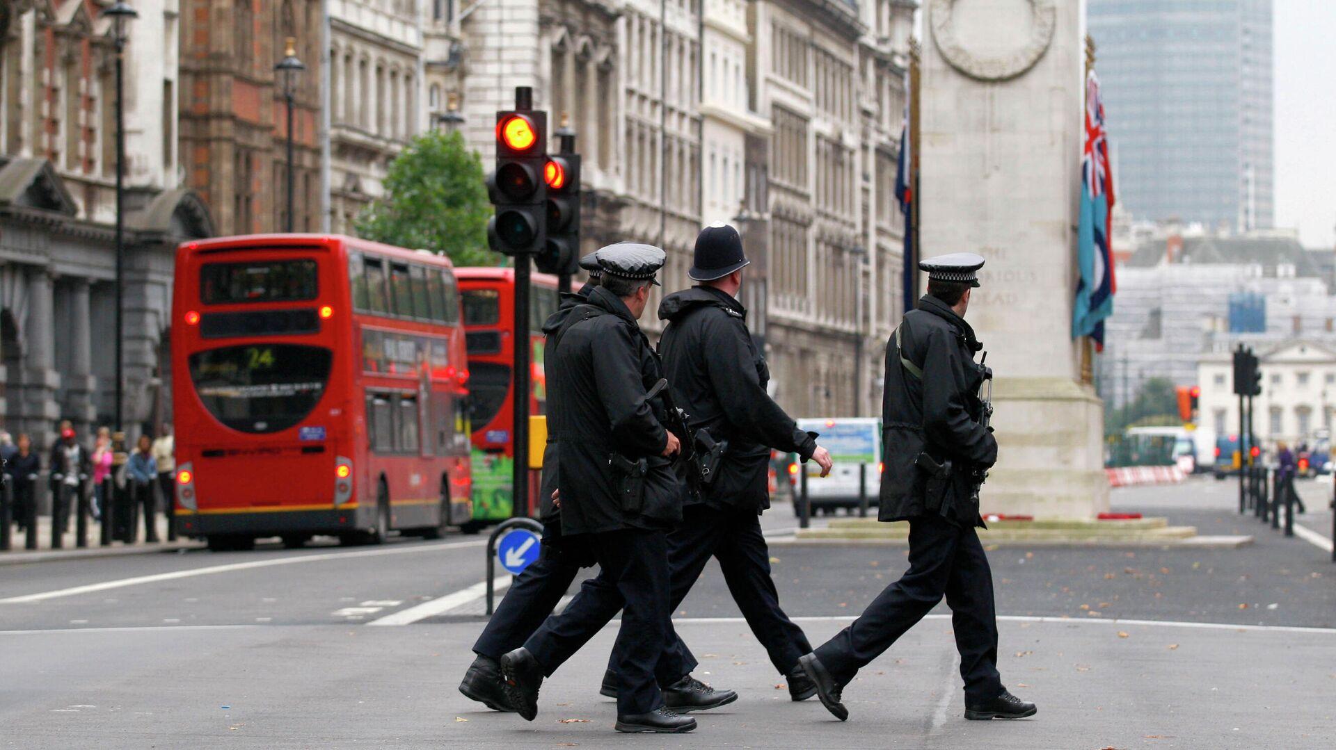 Полицейские переходят дорогу у здания Министерства иностранных дел и международного развития в Лондоне - РИА Новости, 1920, 06.07.2021