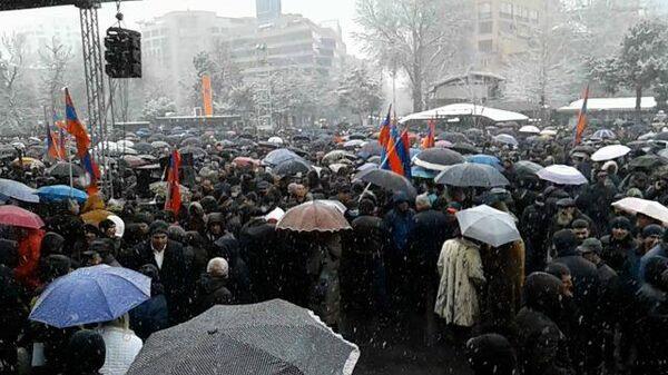Требующие отставки Пашиняна митингуют под снегом с дождем