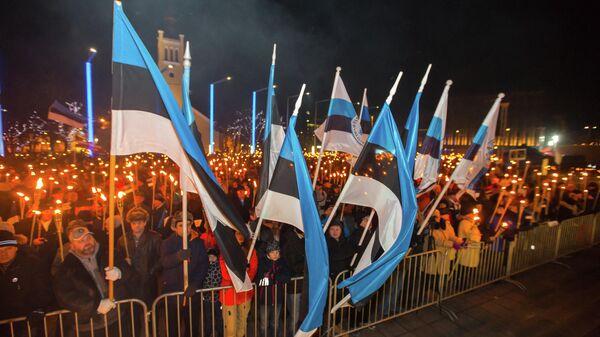 Люди на площади Свободы во время факельного шествия, организованного Консервативной народной партией (EKRE) в Таллине