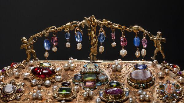 Экспонат выставки, посвященной пятилетию совместного реставрационного проекта Государственного Эрмитажа и французского ювелирного Дома Cartier