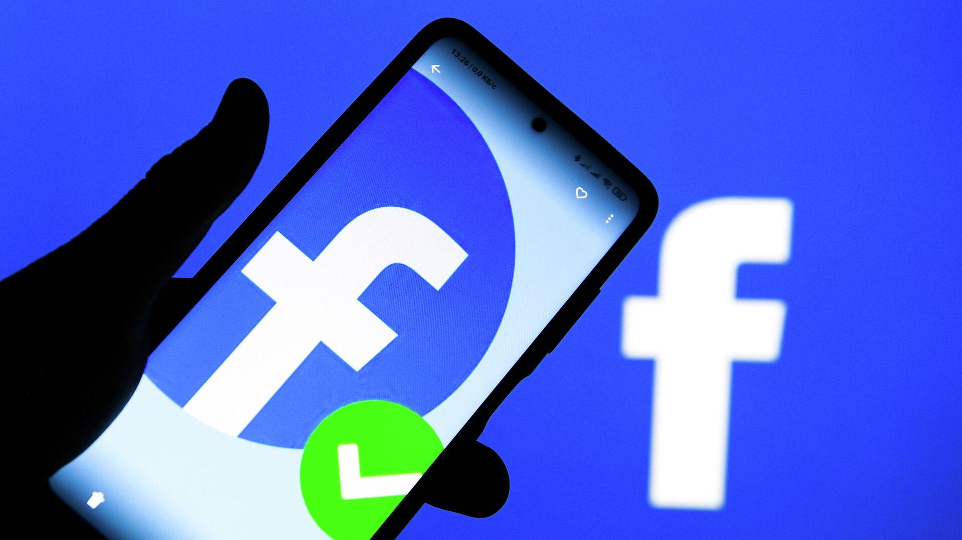 Приложение социальной сети Facebook в мобильном телефоне - РИА Новости, 1920, 05.10.2021