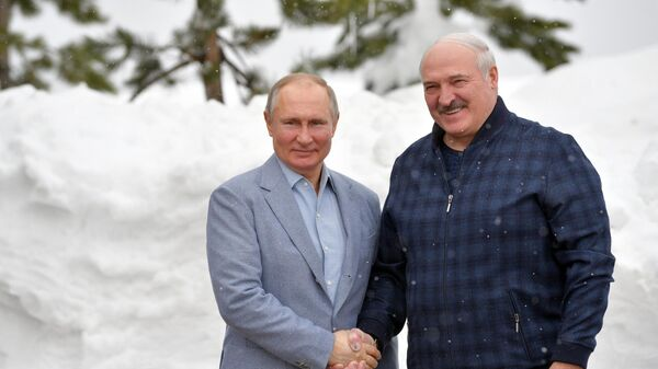 Президент РФ Владимир Путин и президент Белоруссии Александр Лукашенко (справа) во время встречи