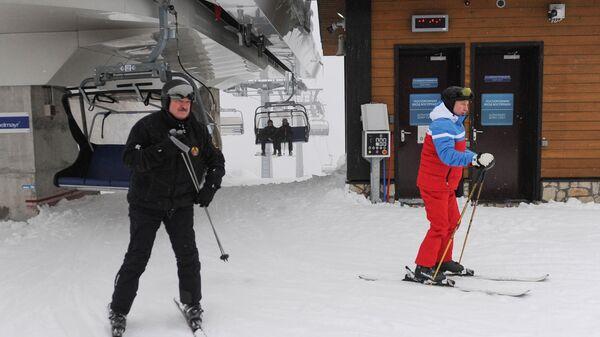 Президент РФ Владимир Путин и президент Белоруссии Александр Лукашенко во время катания на лыжах