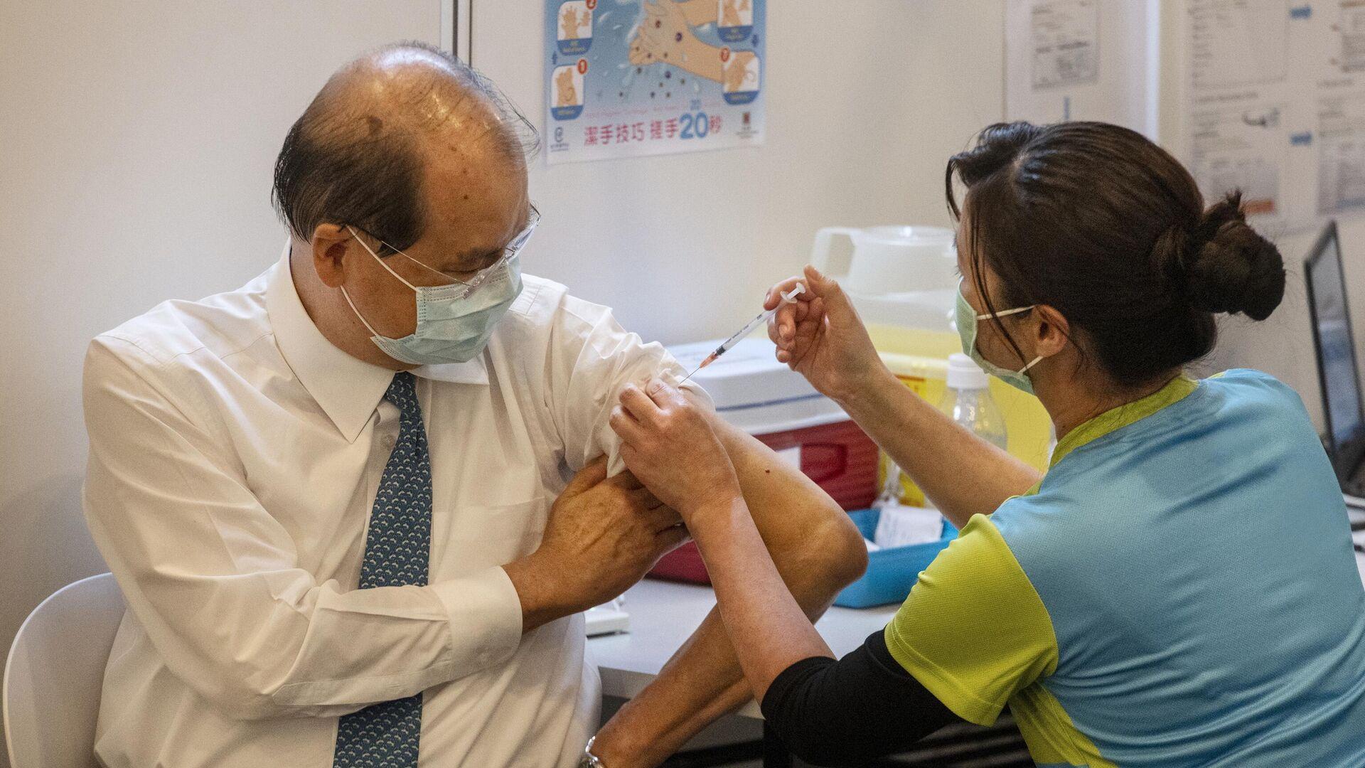 Главный секретарь Гонконга Мэтью Чунг делает прививку против COVID-19 вакциной CoronaVac компании Sinovac Biotech - РИА Новости, 1920, 07.03.2021