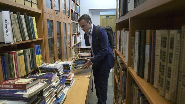 Выпускник школы в библиотеке