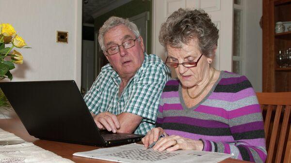 Пожилая пара во время разгадывания кроссворда