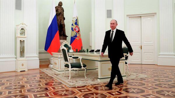 Президент РФ Владимир Путин перед началом встречи с президентом Киргизской Республики Садыром Жапаровым в Кремле