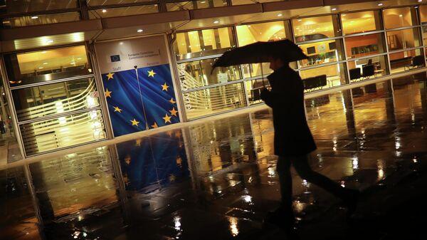 Прохожий у штаб-квартиры Европейской комиссии в Брюсселе