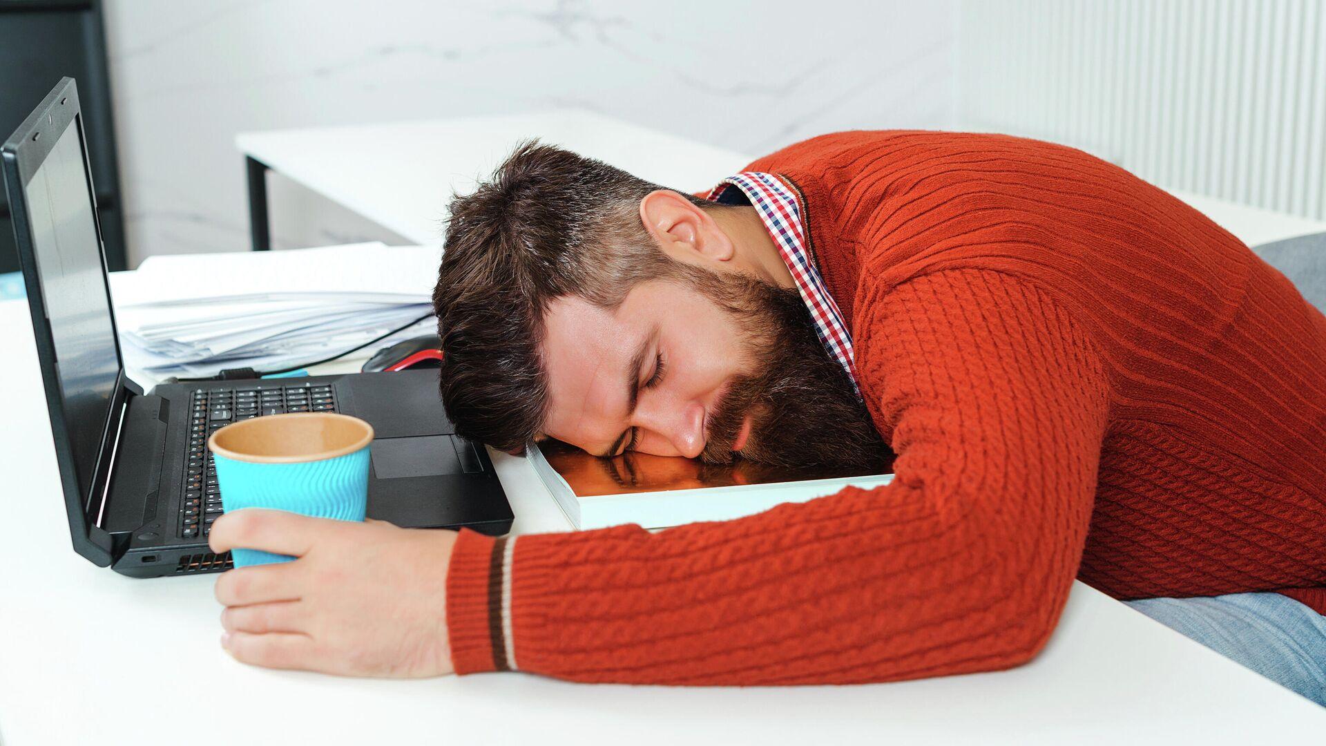 Уставший бизнесмен спит в офисе - РИА Новости, 1920, 22.10.2020