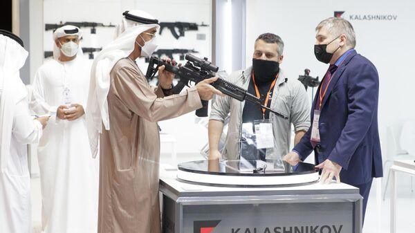 Наследный принц Абу-Даби, заместитель верховного главнокомандующего Вооруженными силами ОАЭ шейх Мухаммад бен Зайд аль-Нахайян заинтересовался российскими автоматом АК-19 на выставке IDEX-2021