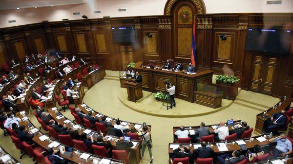 Руководитель оппозиционной партии Процветающая Армения Гагик Царукян выступает в парламенте Армении в Ереване