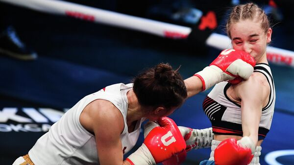 Фатима Дудиева во время боя по правилам бокса с Татьяной Алексеевой в рамках шоу Вечер бокса в концертном зале Вегас Сити Холл