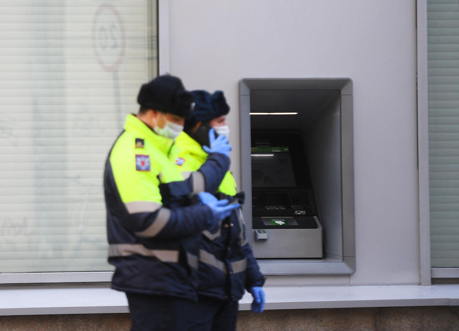 Сотрудники полиции у банкомата - РИА Новости, 1920, 08.09.2021