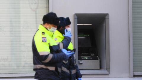 Сотрудники полиции у банкомата
