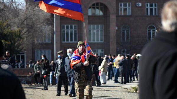 Мужчина с флагом во время митинга оппозиции на проспекте Баграмяна в Ереване