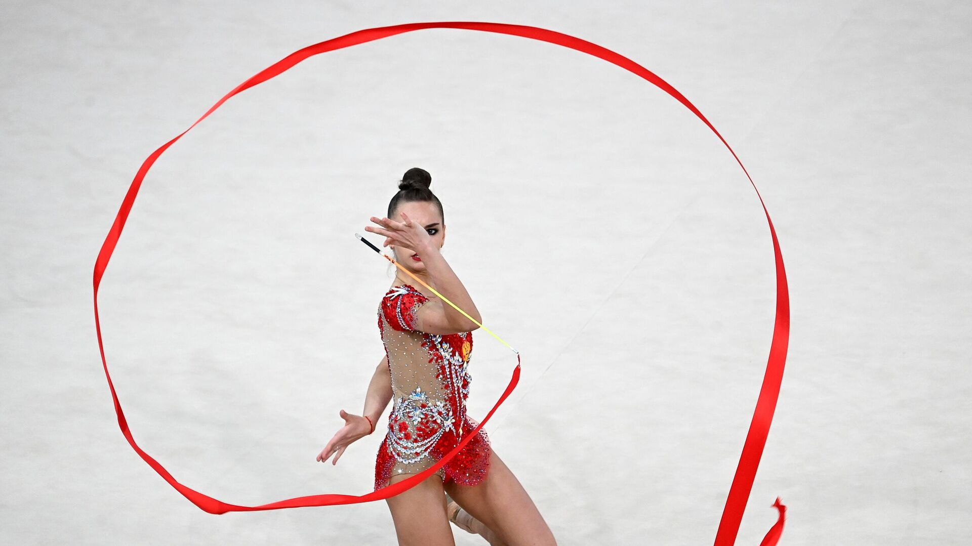 Дина Аверина (Россия) выполняет упражнения с лентой в индивидуальной программе многоборья в финале Гран-при Москва 2021 по художественной гимнастике  - РИА Новости, 1920, 29.05.2021