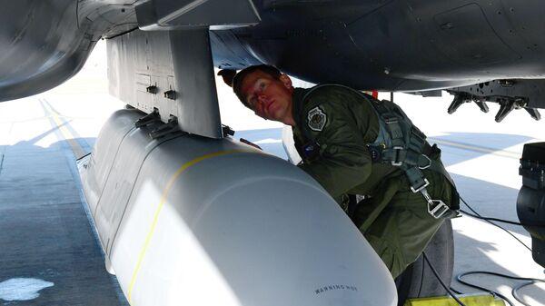 Ракета AGM-158B JASSM-ER, установленная на истребителе F-15E ВВС США
