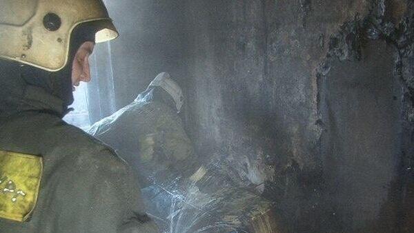 Сотрудники МЧС во время ликвидации пожара в жилом дома в Санкт-Петербурге