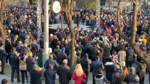 Оппозиция овациями встречает новость от отказе президента увольнять главу Генштаба