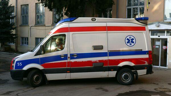 Машина скорой медицинской помощи у городской инфекционной больницы в Ивано-Франковске, Украина
