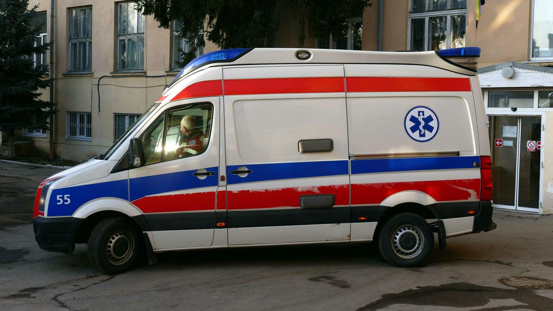 Машина скорой медицинской помощи у городской инфекционной больницы в Ивано-Франковске, Украина0
