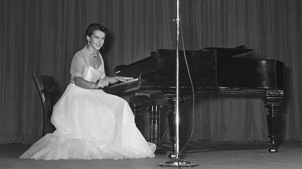 Советский композитор, пианистка, певица Людмила Алексеевна Лядова за роялем