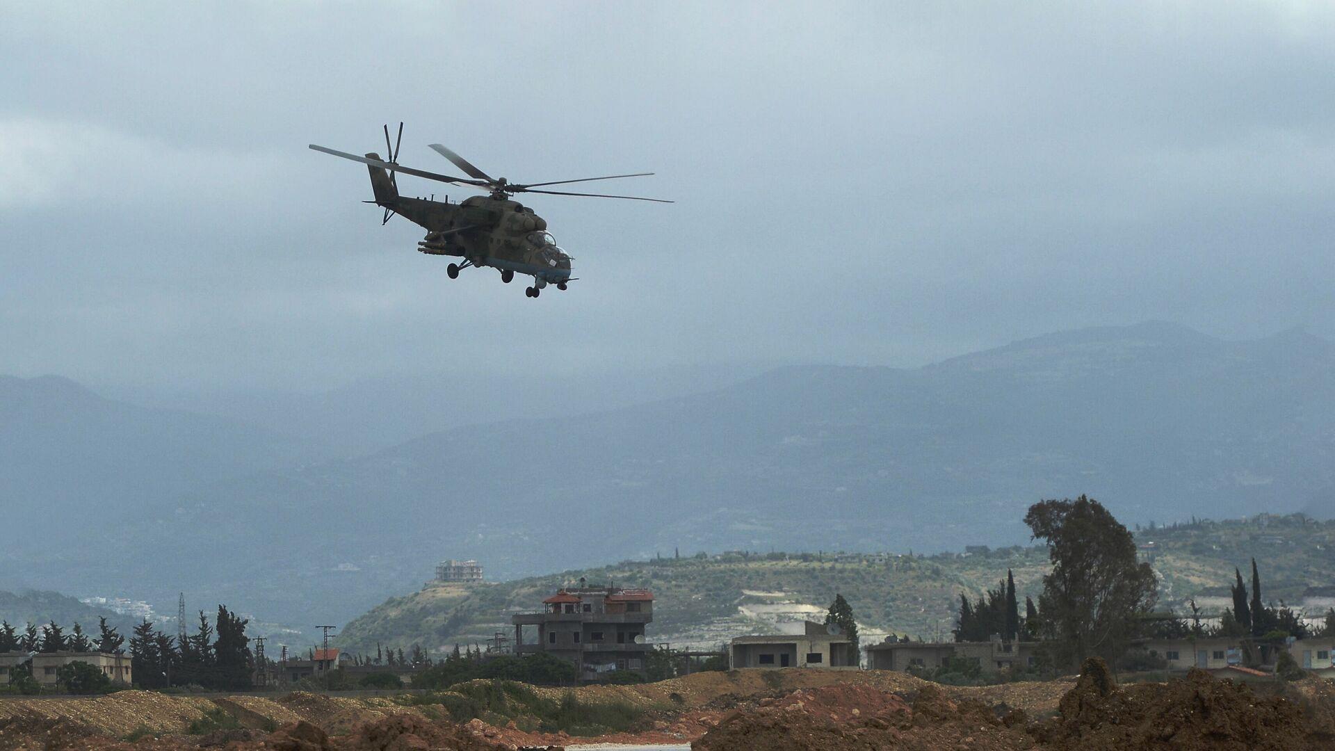 Российский вертолет Ми-35 совершает полет у авиабазы Хмеймим в Сирии - РИА Новости, 1920, 22.03.2021