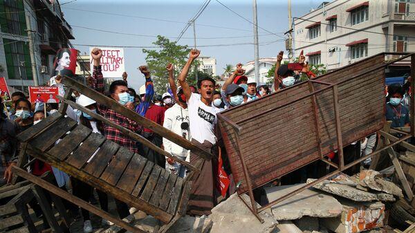 Акция протеста против военного переворота в Мандалае, Мьянма
