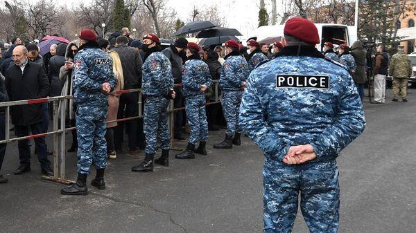 Сторонники экс-президента Армении Роберта Кочаряна перед зданием суда, где проходит заседание по делу 1 марта