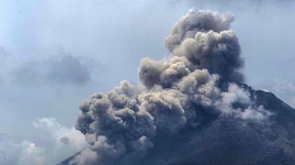 Извержение вулкана Синабунг в провинции Северная Суматра в Индонезии