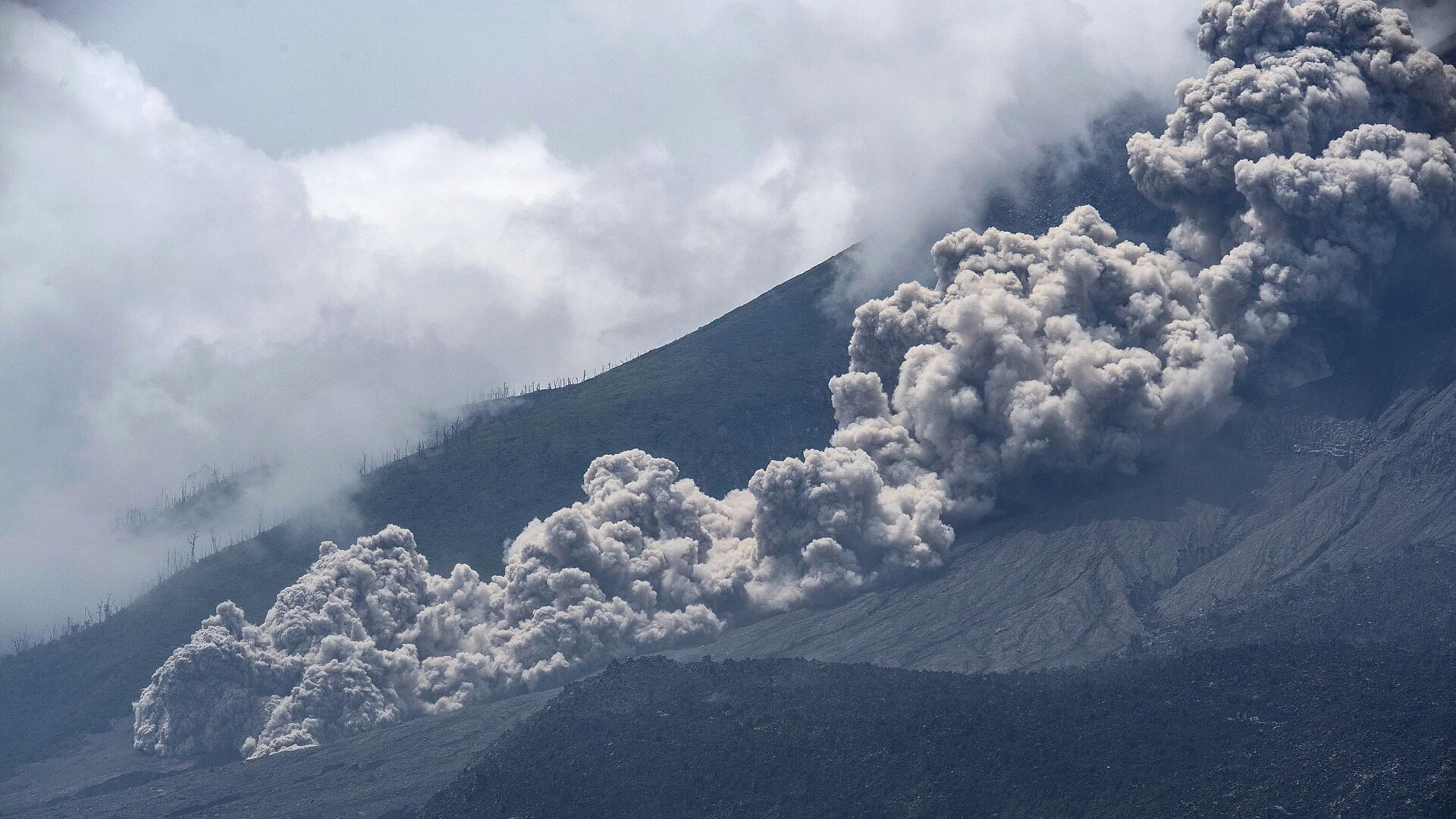 Извержение вулкана Синабунг в провинции Северная Суматра в Индонезии - РИА Новости, 1920, 19.09.2021
