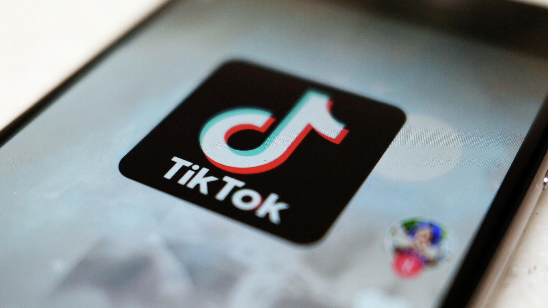 Логотип приложения TikTok на экране смартфона - РИА Новости, 1920, 16.09.2021