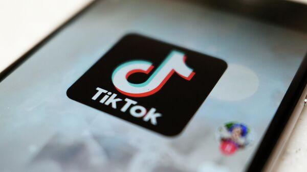 Логотип приложения TikTok на экране смартфона