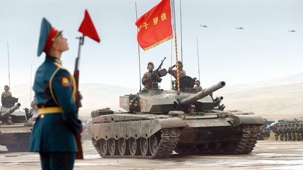 Военнослужащие на основном боевом танке Type 99 НОАК на забайкальском полигоне Цугол во время военных маневров российских и китайских вооруженных сил Восток-2018