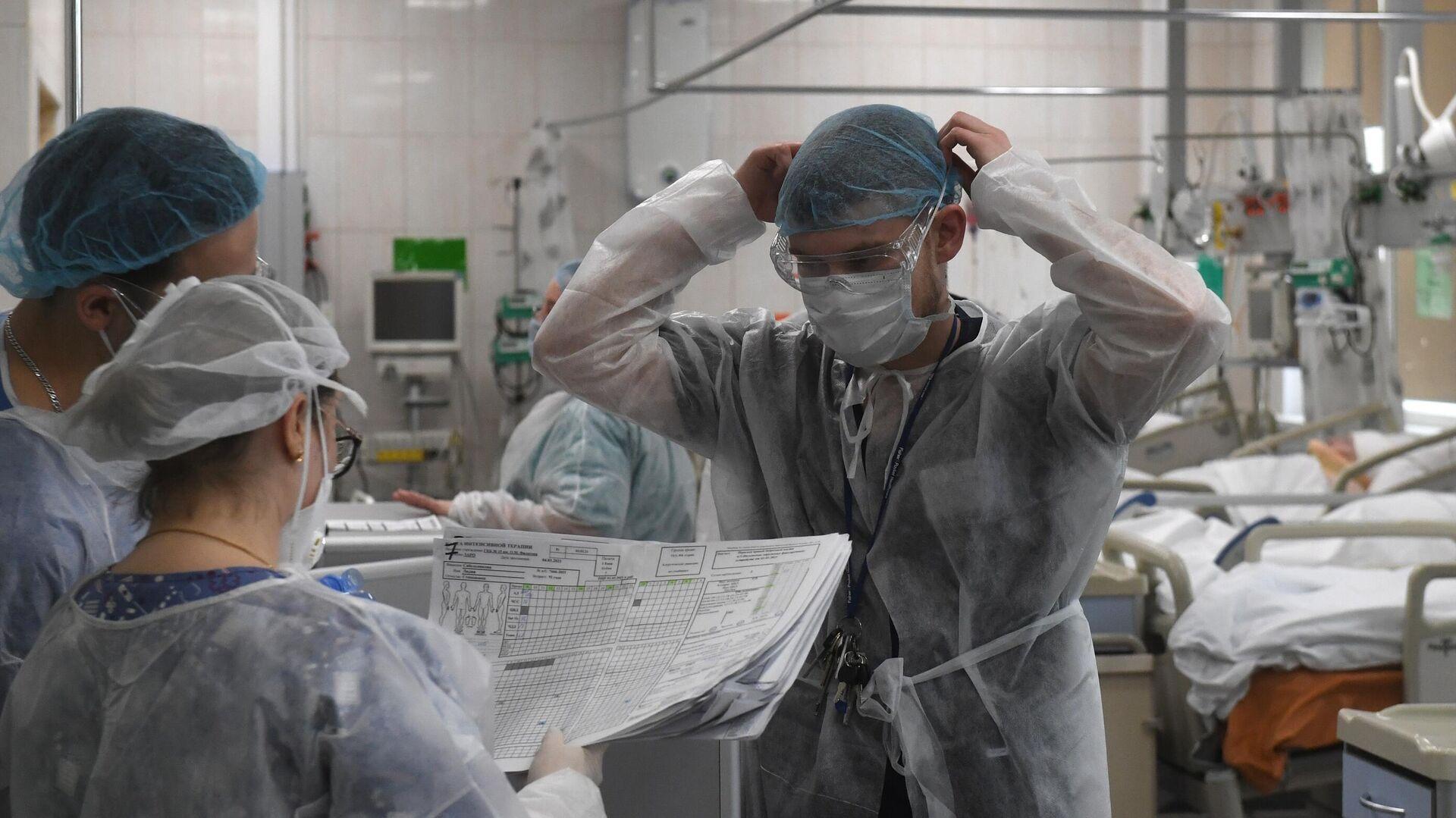 Медицинские работники и пациенты в отделении реанимации и интенсивной терапии  - РИА Новости, 1920, 12.06.2021