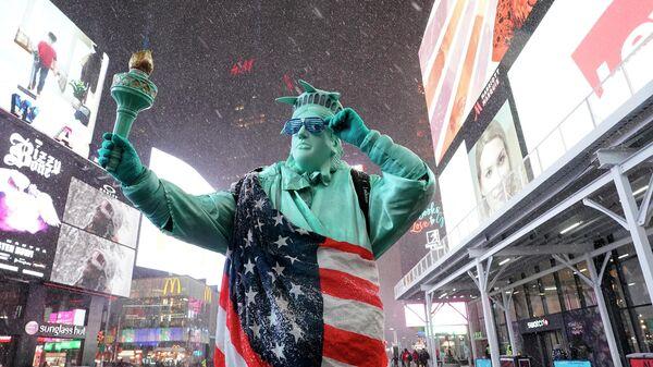 Человек в костюме Статуи Свободы на Таймс-сквер в Нью-Йорке, США