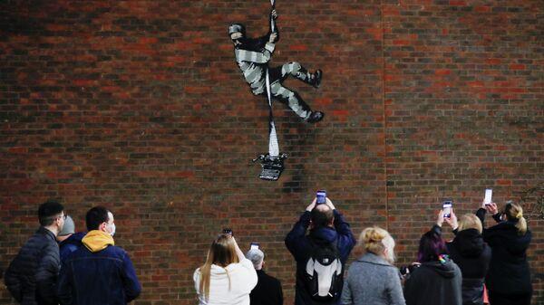 Граффити в стиле уличного художника Бэнкси появилось на стене тюрьмы в британском Рединге