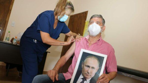Мэр аргентинского города Роке-Перес Хуан Карлос Чинчу Гаспарини прививался от коронавируса с портретом Путина в руках