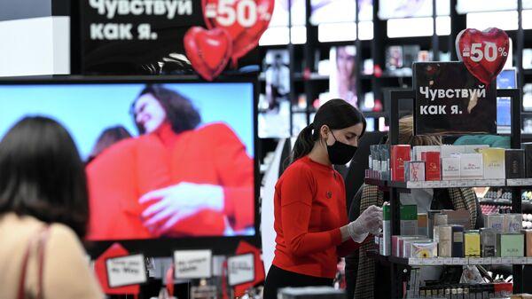 Сотрудница магазина косметики в торговом центре