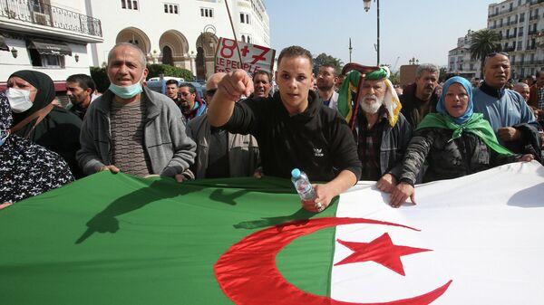 Участники марша протеста в Алжире, 5 марта 2021