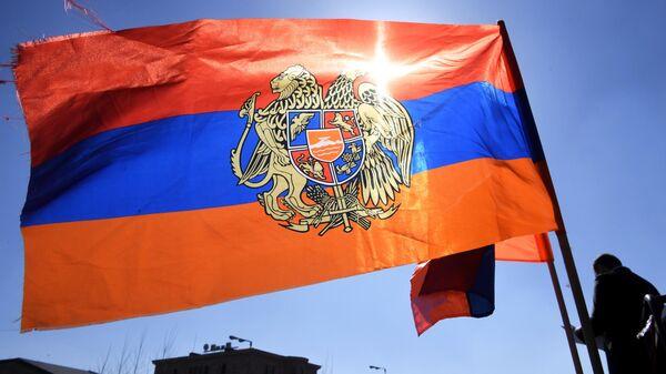 Флаг участников митинга в поддержку Генштаба в его конфликте с премьером Николом Пашиняном возле Министерства обороны Армении в Ереване