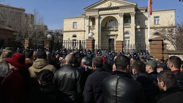 Участники митинга оппозиции на проспекте Баграмяна перед зданием Национального собрания Армении в Ереване