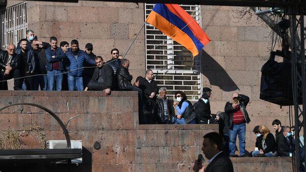 Участники митинга оппозиции на проспекте Баграмяна у здания Национальной академии наук в Еревaне