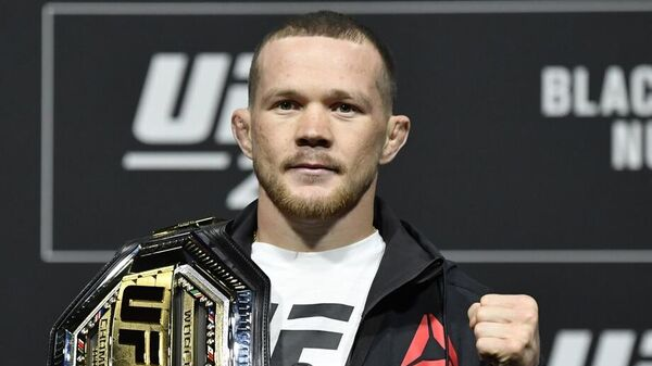 Петр Ян с чемпионским поясом UFC
