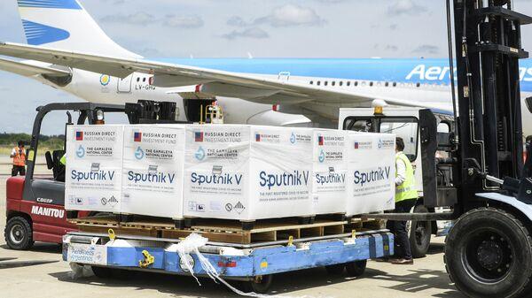 Самолет со второй партией российской вакцины Sputnik V в аэропорту в Буэнос-Айреса
