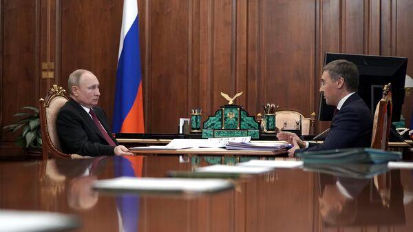 Президент РФ Владимир Путин и министр науки и высшего образования РФ Валерий Фальков во время встречи