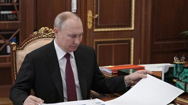 Президент РФ Владимир Путин во время встречи с министром науки и высшего образования РФ Валерием Фальковым
