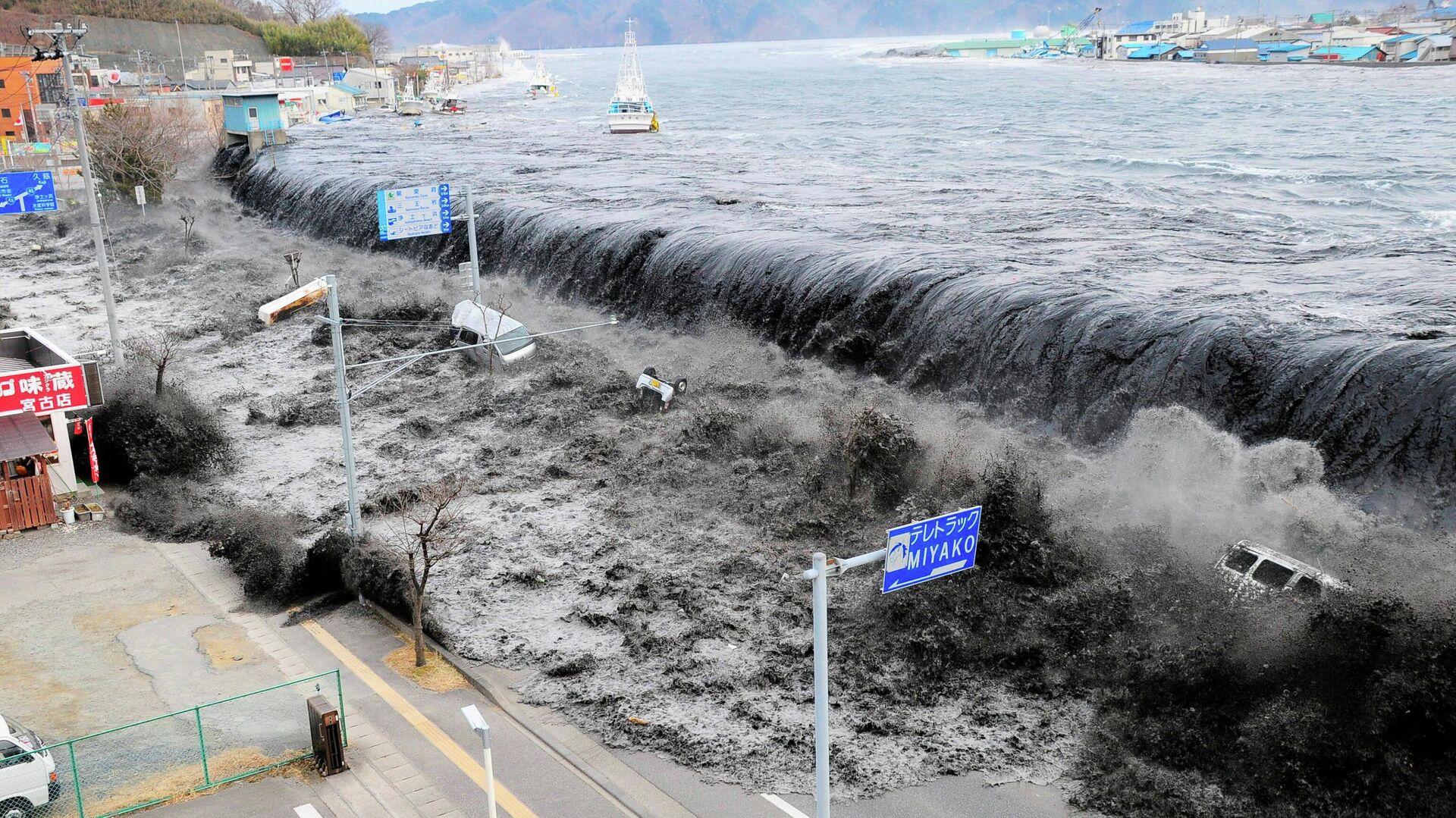 Волна приближается к городу Мияко в префектуре Иватэ после землетрясения магнитудой 8,9, произошедшего в этом районе 11 марта 2011 года - РИА Новости, 1920, 20.03.2021