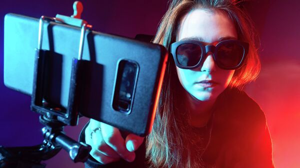 Девушка блогер снимает видео на телефон