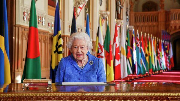 Королева Великобритании Елизавета II в Георгиевском зале Виндзорского замка